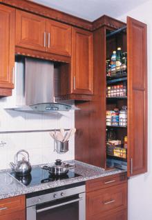 A szépen felújított lakásban jó lenne egy modern konyhaszekrény, de nagyon költséges. Ha már nem fér bele a keretbe, későbbre halasztható, de a víz-, gáz-, villanyszerelés (mi hol lesz) kialakítása és a burkolás (színválasztás) előtt gondosan meg kell tervezni