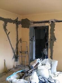 A falak glettelése és festése előtt fényképezzük le a villanyszerelés nyomvonalát, későbbi javításnál vagy falfúrásnál nagy hasznát vesszük majd a képeknek