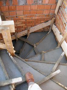 Csigalépcsőnél a fokok változó szélessége ad lehetőséget a lépcső hajlásszögének a módosítására