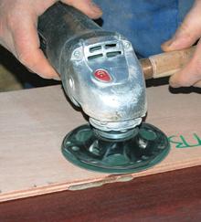 A gumilapos tárcsák a fafelületek hatékony csiszolását is lehetővé teszik