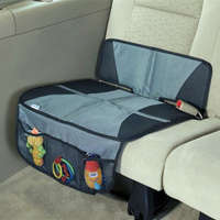 A gyerekülés alá tett ülésvédő megerősített pontjai megóvják az autóülés kárpitját a túlzott benyomódásoktól és a kiszakadástól