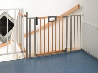 Ha a lakásban lépcső van, a tetejére mindenképpen biztonsági védőrácsot kell szerelni