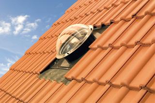 Egyes gyártmányok a tetőből kiemelkedő, speciális kupolával gyűjtik össze a fénysugarakat