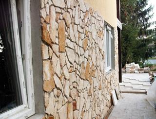 Külső térben az oldalfalakra puhább kövek is megfelelnek