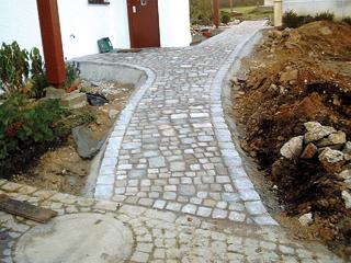 A kövek leragasztásakor a folyamatos fugákat kerülni kell