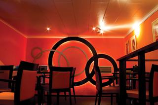 Festett Hovi plafon panelek mennyezeten és oldalfalon egy szórakozóhely hangszigetelésére és dekorációjára