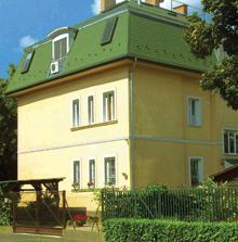 A nagyobb falfelületeken az ablaknyílások vakolatszegélye és síkból kiemelkedő festett párkányzata is gyakori díszítő megoldás