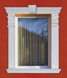 Az ajtó- és ablaknyílásokat különálló elemek egymásmellé ragasztásával lehet változatos módon díszesebbé tenni