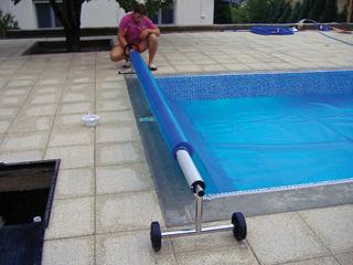 Kis medencékhez javasolt a kerekeken gurítható fóliatekercs