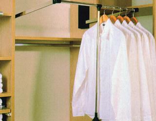 A leengedhető ruhalift lehetőséget ad a vállfás ruhaneműk magasban történő tárolására