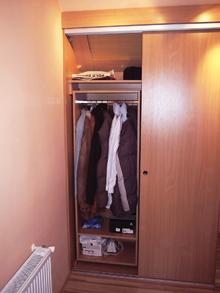 Az akasztórudas ruhatárolóban sok a kihasználatlan hely