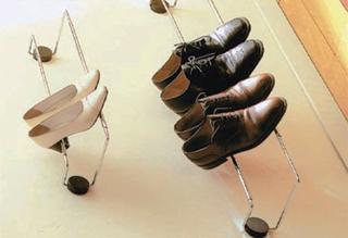 A ritkábban használt cipőket a szekrény oldalfalára csavarozott teleszkóposan változtatható hosszúságú tartóra helyezhetők
