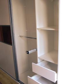 A régi szekrényekbe az akasztórúd mellé kihúzható nadrágtartók és fiókok is telepíthetők