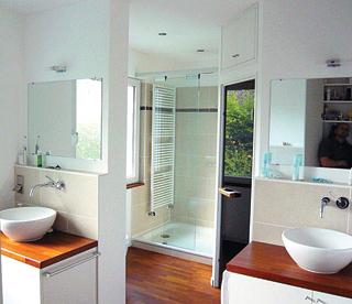 Fürdőszobák szárazépítéssel kialakított párkányos falai a mosdókonzolokat és a vezetékezést is teljesen elrejtik