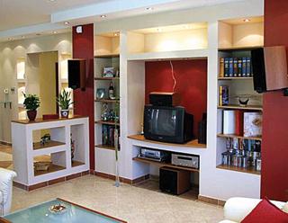 Komoly előtervezést és kivitelezést igényel a bútort helyettesítő, fapolcos gipszkarton szerkezet, halogénizzós megvilágítással kiegészítve