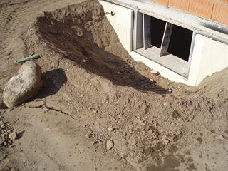 A talajszint alatti helyiségekbe az ablak előtt kialakított üreg elég sok fényt juttathat