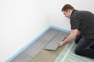 A megszáradt felületre vigyünk fel a padlófűtéshez megfelelő flexibilis csemperagasztót és fektessük le a burkolatot - kész!