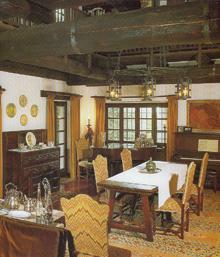 Az öreg épület összes eredeti elemét megtartva és felújítva hoztak létre egy mai életmódot is kiszolgáló ebédlő-szalont. Kevés szín alkalmazásával érték el, hogy nyugalmat áraszt.