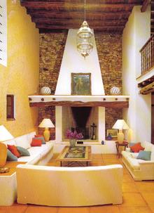 Az öreg ház belsejét eredeti szépségében újították föl meghagyva gerendát, terméskövet és szép cseréppadlót. Ellenpontként kényelmes, modern pihenő bútorokat helyeztek a térbe.