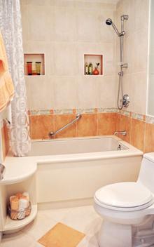 Ha a fürdőszobában van a WC is, a deszkát hajtsuk le, amíg az öblítés tart, mert a láthatatlanul kifröccsenő víz számtalan kórokozót juttat el még a fogkefékre is. Az ilyen fürdőszobában sűrűbben és alaposabban kell takarítani, fertőtleníteni. A WC-kefét lehet – hetente lecserélt - hígított fertőtlenítőszeres vízben tartani. A zuhanyfüggönyt és a kádkilépőt is szárazon kell tartani, és rendszeresen mosószeres vízzel tisztítani
