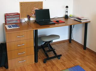 A jól kiválasztott lapanyagból leszabott darabokból könnyen elkészíthető egy íróasztal együttes