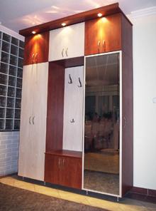 Az előszobai gardróbszekrényt a kész fémkeretes ajtó teszi profi bútordarabbá