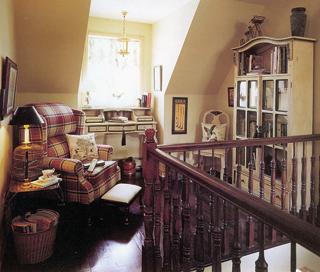 Ideális helyen áll ez az olvasókuckó. A lépcsőforduló praktikus kihasználására ez egy jó példa.