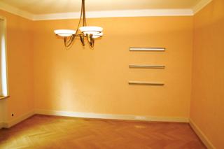 A telt sárga tónusú színekkel festett falak melegséget árasztanak