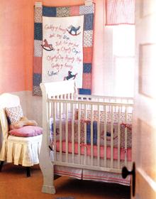A hagyományosan tipikus kislányszoba sok kézi munkával és gazdag textilezéssel a klasszikusabb berendezés híveinek kedvence lehet