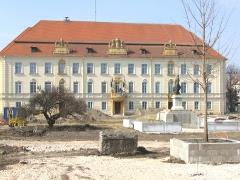 Eredeti pompájában a komáromi iskola főbejárata