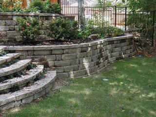 Szabályos, egyforma kövekből rakott alacsony támfal