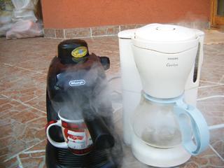 1-2 havonta ecettel vagy citromsavval varázsolhatjuk újjá a kávéfőzőnk belsejét