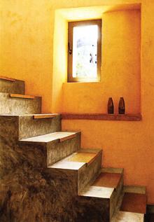 L profilos, öntapadós, kókuszrostból készült szőnyegelem védi a nagyon megkopott lépcsőt. Mivel csak kis felületet takar a járóvonal irányában, nem rontja el a valódi hangulatot