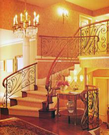 A puha, ragasztott, kétoldalt szegett szőnyeg feladata nem a védelem, hanem a nagyvonalú elegancia fokozása ebben a térben