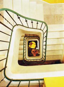 A mészkő burkolatos belső lépcsőházat - a pihenők kivételével - szőnyeggel ragasztották le. A fehér burkolat szennytaszító bevonata miatt egyszerűen takarítható