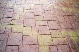 Fugamentes és felületén mintázott burkolat alakítható ki nyomott beton eljárással