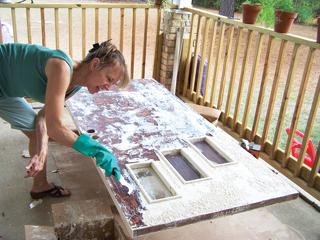 Festéklemaró szert csak jól szellőzött helyen, vagy a szabadban ajánlatos használni