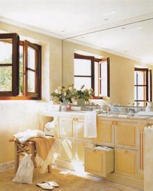 Az épített, fiókos mosdószekrény fölötti teljes falfelületet tükörrel borították, helyettesítve a csempeburkolatot is