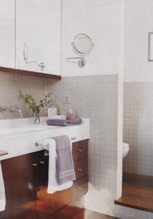 Gyakori eset, hogy a mosdó fölé keskeny szekrény kerül. Tükörajtajának fogantyúja a teljes szegély, ami az alsó szekrény anyagából készült