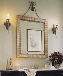 A lakószoba jellegű fürdőszobához nagyszerűen illik a fémkeretes tükör, ami szép, oldalsó megvilágítást kapott