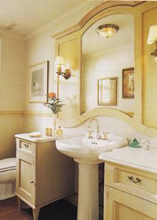 A tükör különlegessége a széles oldalszegély, amire a falikarokat szerelték. A festett fa garnitúrát alkot a két mosdószekrénnyel